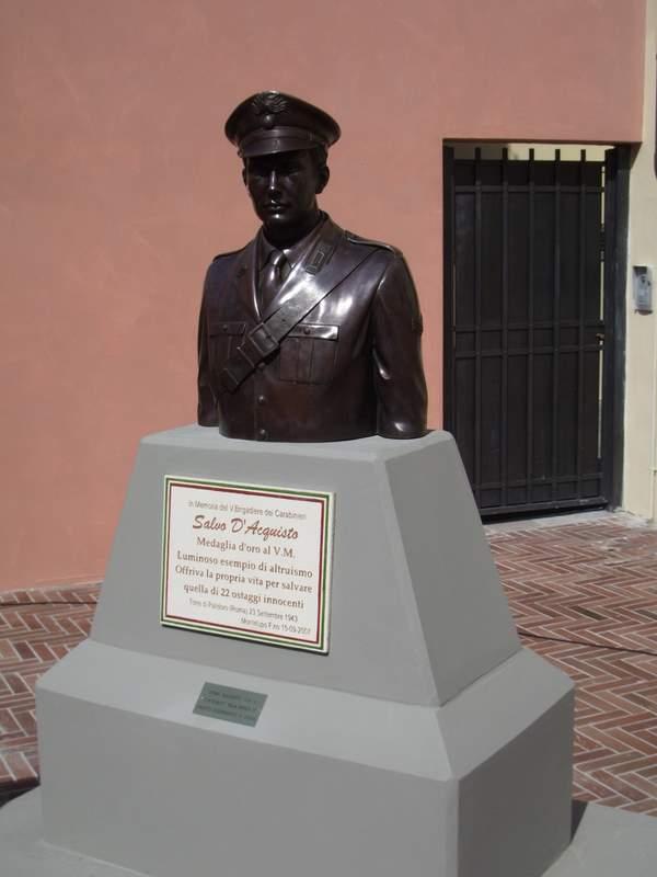 salvo_d_acquisto_statua